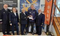 Jocelyne et Gaby Bourlier remettent le chèque à Thierry Caudal, président de la Station Côte d'Amour PHOTO PRESSE OCEAN