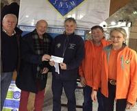 Le président du musée, René Harre (2ème à gauche) remettant le chèque à Thierry Caudal président de la station de Pornichet et aux responsables locaux de la SNSM. PHOTO PRESSE OCEAN